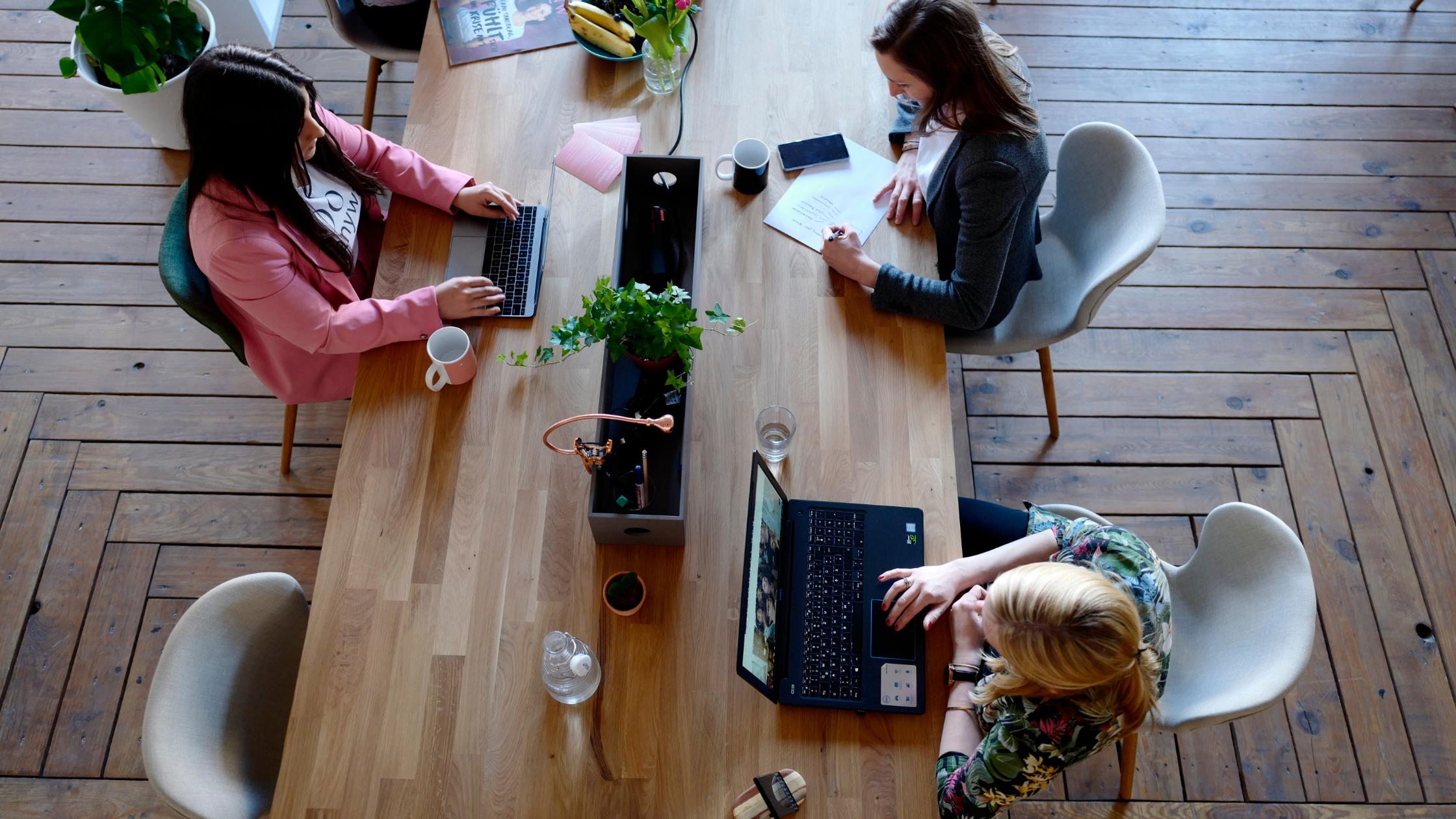 Los edificios sostenibles con espacios de socialización fomentan la productividad.